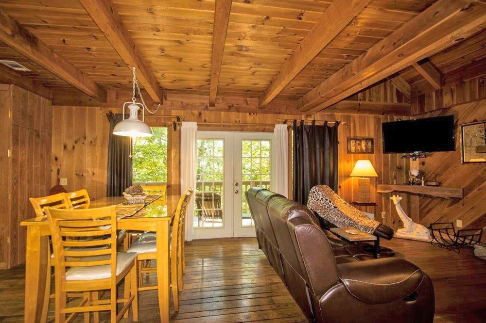 Two Giraffe Inn Cabin - Creekwood Resort